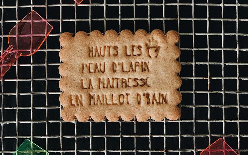 biscuits message fin d'année scolaire :HAUTS LES MAINS PEAU D'LAPIN LA MAITRESSE EN MAILLOT D'BAIN